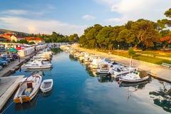 小游艇船坞在特罗吉尔,古镇看法在克罗地亚 免版税库存照片