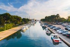 小游艇船坞在特罗吉尔,古镇看法在克罗地亚 免版税库存图片