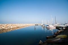 小游艇船坞在美好的晴天 库存图片