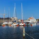 小游艇船坞在Farjestaden 免版税库存照片