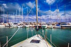 小游艇船坞小船的看法 图库摄影