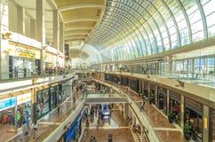 小游艇船坞是一个新加坡购物中心和现代大厦在小游艇船坞海湾附近的海湾沙子 库存照片