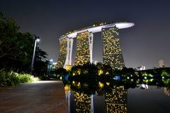 小游艇船坞海湾在晚上铺沙手段 新加坡 免版税库存照片