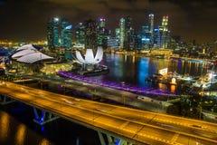 小游艇船坞海湾在晚上铺沙从新加坡飞行物的看法在新加坡 免版税库存图片