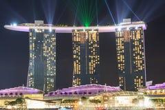 小游艇船坞海湾有光的沙子旅馆和激光在新加坡显示 图库摄影