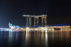 小游艇船坞海湾有光的沙子旅馆和激光在新加坡显示 免版税库存照片