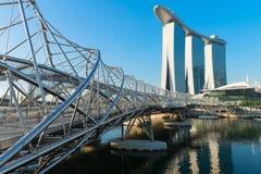 小游艇船坞海湾沙子和现代螺旋桥梁 免版税库存照片