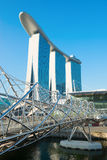 小游艇船坞海湾沙子和现代螺旋桥梁 免版税图库摄影