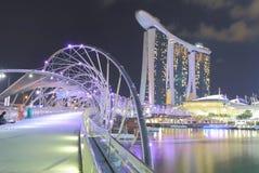 小游艇船坞海湾沙子和螺旋跨接夜视图新加坡 库存图片