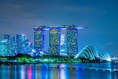小游艇船坞海湾沙子和Supertree树丛在晚上,新加坡 免版税库存图片
