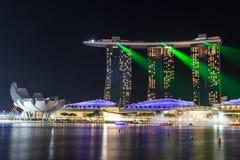 小游艇船坞海湾沙子旅馆在与光的晚上和激光在新加坡显示 免版税库存照片