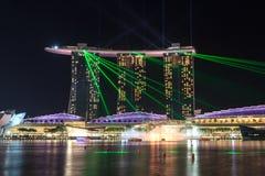 小游艇船坞海湾沙子旅馆在与光的晚上和激光在新加坡显示 免版税图库摄影