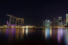 小游艇船坞海湾沙子看法在晚上在新加坡 免版税库存照片