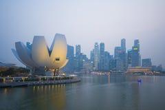 小游艇船坞海湾沙子,新加坡2015年10月12日:ArtScience博物馆 图库摄影