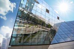 小游艇船坞海湾的反射铺沙杯它的大厦 免版税图库摄影