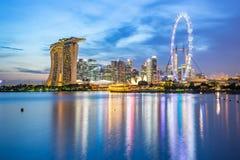 小游艇船坞海湾看法在晚上在新加坡 免版税库存图片
