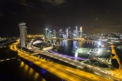 小游艇船坞海湾看法在从新加坡飞行物的晚上 库存图片