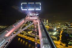 小游艇船坞海湾看法在从新加坡飞行物的晚上 免版税库存图片