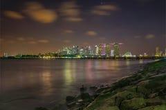 小游艇船坞海湾边夜场面  免版税库存图片