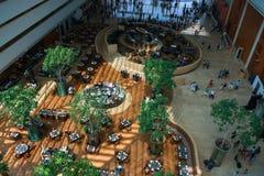 小游艇船坞海湾铺沙旅馆与餐馆的大厅内部和 免版税图库摄影