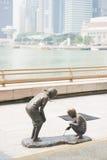 小游艇船坞海湾,新加坡2015年10月13日:雕塑男孩和女孩 免版税库存图片