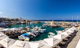 小游艇船坞港口和口岸与游艇在凯里尼亚Girne,北部Cypr 免版税库存照片