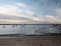 小游艇船坞港口风景海滩与被停泊的小船的海洋天空 库存照片