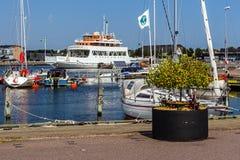 从小游艇船坞的场面在Farjestaden 免版税库存照片