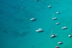 小游艇船坞的大角度看法在Calpe,阿利坎特,西班牙 库存图片