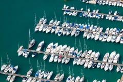 小游艇船坞的大角度看法在Calpe,阿利坎特,西班牙 免版税库存图片