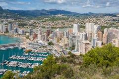 小游艇船坞的大角度看法在Calpe,阿利坎特,西班牙 库存照片