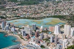 小游艇船坞的大角度看法在Calpe,阿利坎特,西班牙 免版税库存照片