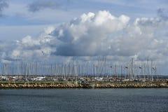 小游艇船坞的帆柱的看法在丹麦 免版税库存照片