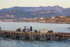 小游艇船坞的渔夫重创在索伦托 库存图片