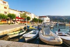 小游艇船坞的看法在小镇Pag,在游人中的一个非常普遍的目的地 免版税库存图片