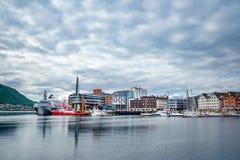 小游艇船坞的看法在特罗姆瑟,北部挪威 免版税库存图片