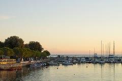 小游艇船坞码头在亚得里亚海普拉的,克罗地亚海湾港口 库存图片