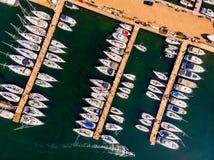 小游艇船坞空中寄生虫视图有在码头和汽船的靠码头的风船 图库摄影