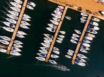 小游艇船坞空中寄生虫视图有在码头和汽船的靠码头的风船 库存图片