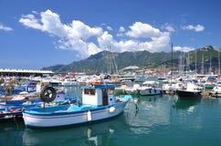 小游艇船坞美丽如画的看法在萨莱诺,意大利 库存图片