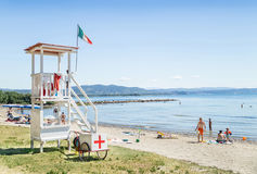 小游艇船坞茱莉亚,意大利- 2016年8月13日:木救生员塔在海滩 免版税库存照片