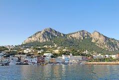 小游艇船坞重创在卡普里岛,意大利海岛上从wate观看了 免版税库存照片