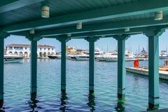 小游艇船坞,利马索尔,塞浦路斯- 2018年6月14日:豪华汽船、巡洋舰和yatchs在小游艇船坞排队了 进行下去高视阔步 免版税库存图片