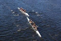 小游艇船坞水生中心小辈划船(美国)在查尔斯赛船会头赛跑  库存图片