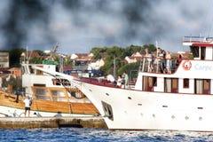 小游轮相接在Vodice,克罗地亚 免版税库存图片