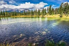 小湖在落矶山 库存照片