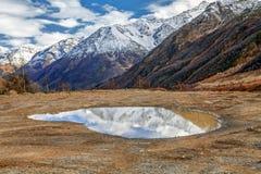 小湖在Baksan峡谷 俄罗斯,卡巴尔达-巴尔卡里亚 库存照片
