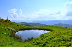 小湖的山 免版税库存图片