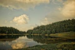 小湖的山 免版税库存照片