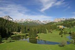 小湖的山 库存图片